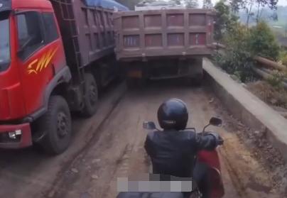 大车司机套路多,男子骑摩托停在大车旁,无故被黑的彻底