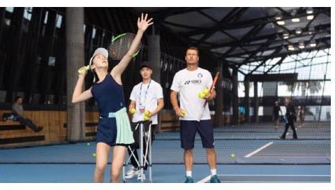 田亮晒女儿森碟打网球照片,获大满贯球星亲自指导,手臂线条亮了