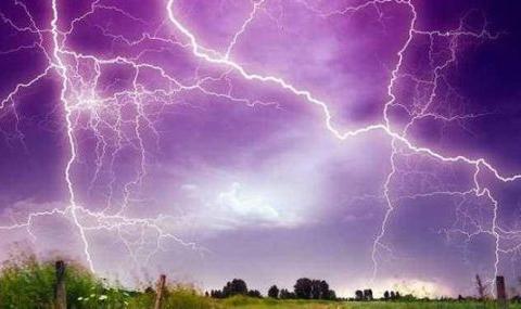 民间故事:孝子雷雨天背母亲进屋却惨遭雷劈死