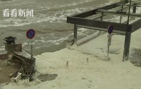 """强风暴席卷西班牙 海水淹没道路现""""泡沫奇观"""""""