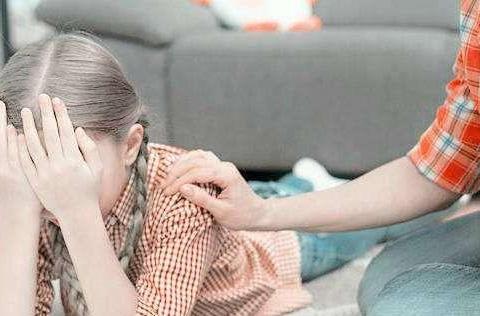 """女儿偷偷""""夹腿"""",被老爸撞见,一句""""不知羞耻""""让孩子变得自卑"""