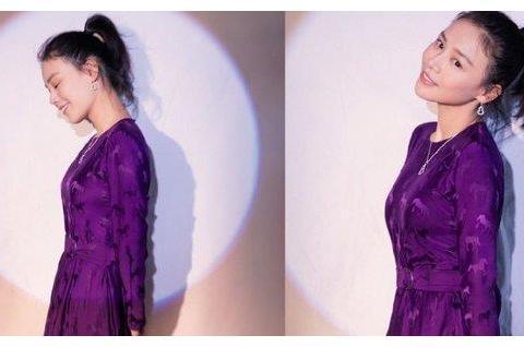 马思纯穿紫裙扎高马尾温婉献唱,可爱又自然