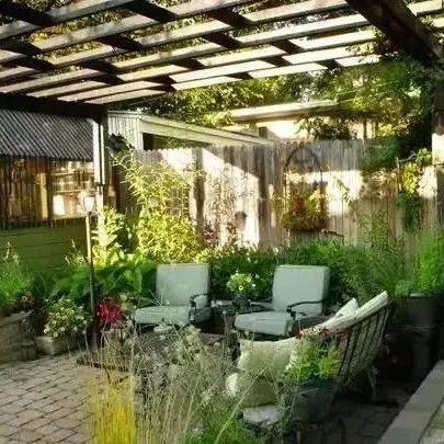 庭院里的藤架这样设计,真是太有创意了,大概就是流连忘返的理由吧