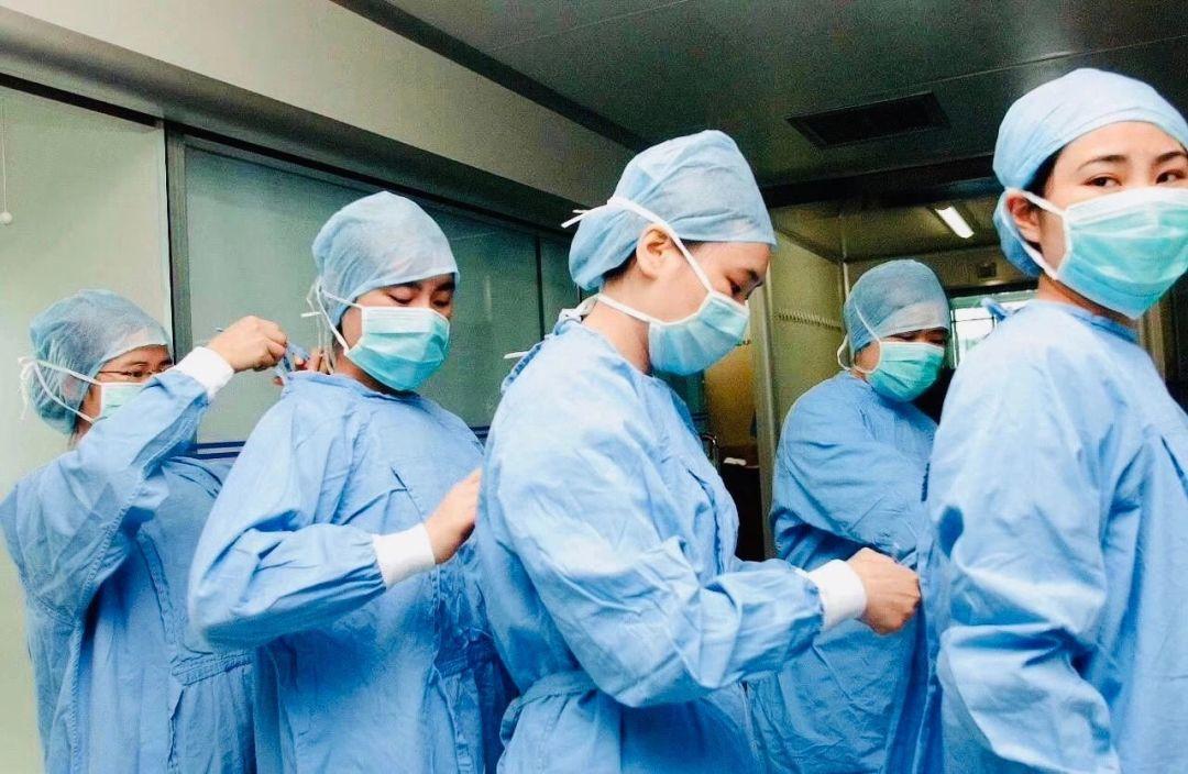 胡锡进:卖高价口罩的人与医护人员比 该狠抽自己图片