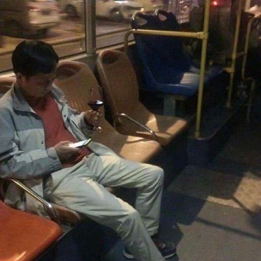 人类的悲喜并不相通,公交上的尴尬却总雷同