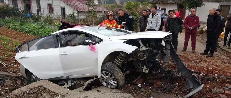 九江一婚车冲出马路2人被困 开车出门请注意这些…