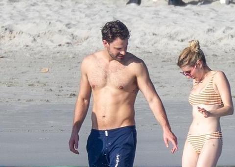艾玛·罗伯茨穿条纹泳装现身海滩,小个子也能展示好身材