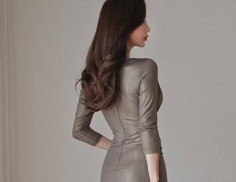 精致修身的装扮,靓丽裙装惹人偏爱