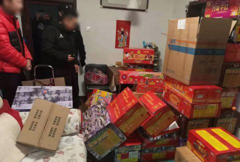 警探号丨男子家中私藏400多公斤烟花爆竹被拘留
