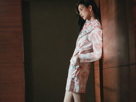 张钧甯宣传《唐人街探案3》,穿印花拼接连衣裙,大长腿吸睛十足