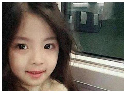 7岁女孩颜值太高,网友怀疑是整容,看到孩子爸妈后不淡定了