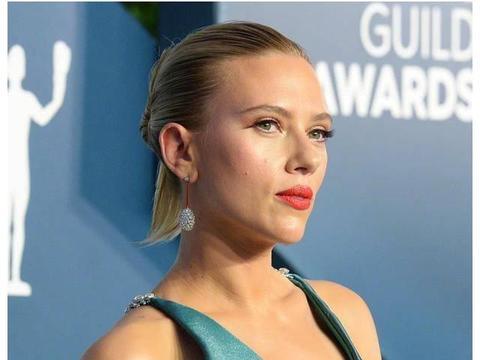 寡姐以一袭宝蓝色长裙,在演员工会奖颁奖礼上亮相,更美的是发型