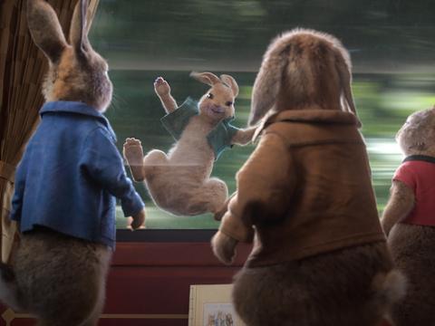 《比得兔2:逃跑计划》曝满载而归海报 超级萌兔囤积年货迎新年