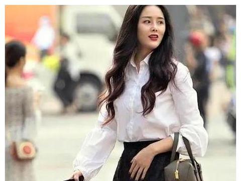 街拍:月貌花容的美女,一件白色卫衣配牛仔短裤,青春活力气息