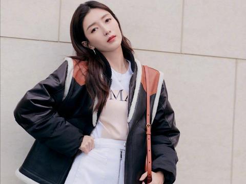 江疏影身材真极品,黑色皮夹克搭配A字裙时尚满分,双腿笔直纤细