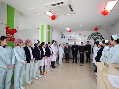 除夕前一天,郑州市九院领导班子成员慰问一线医务人员
