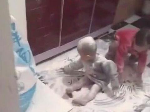 妈妈接孩子放学回家,一眨眼功夫气到吐血,网友笑坏:洗洗能能要