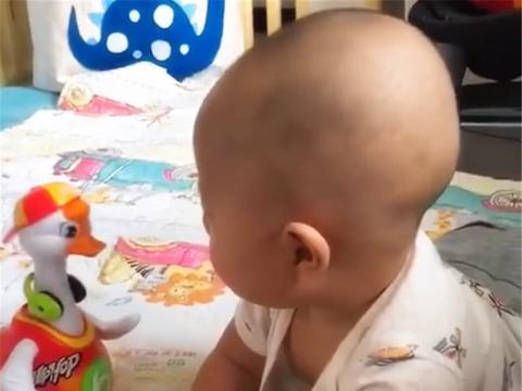 妈妈给宝宝买了个新玩具,接下来的画面,网友直呼萌化了