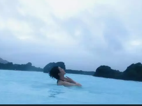 李亚鹏女友冰岛度假敷面膜泡温泉 秀美背轻松自在