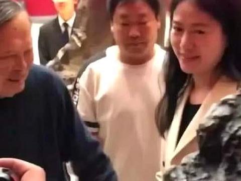"""""""忘年恋""""格外甜蜜,97岁杨振宁携娇妻看展"""
