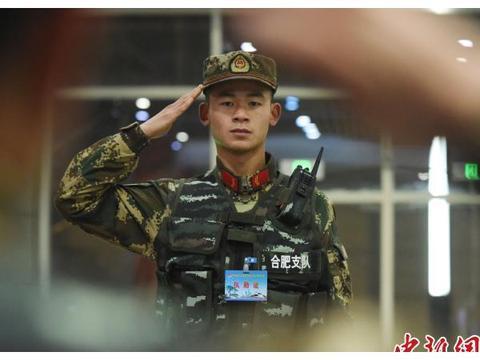 安徽合肥:武警官兵护航春运