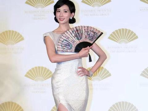 """林志玲""""腰臀比""""真惊艳,穿银白色连衣裙配复古盘发,优雅大气"""