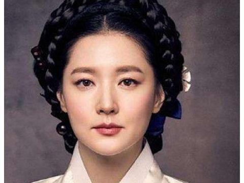 48岁李英爱现身学校观看孩子表演,皮肤白皙气质佳展冻龄美貌