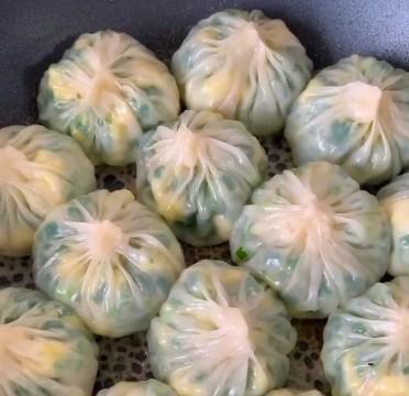 用饺子皮做透明的水煎包,不用和面,太方便了,比外面卖的好吃多