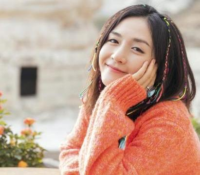 谢娜越来越会穿了,橙色针织衫知性又优雅,头上的辫子更吸精