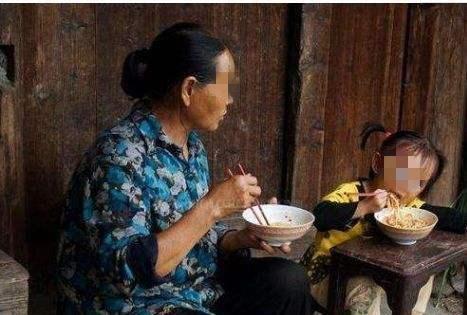 """奶奶问孙子:""""总来我家蹭饭羞不羞呀"""",听完孩子的回答伤心"""