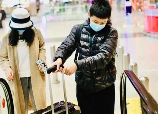 王艳太幸福,当妈不再被嫌弃,儿子球球体贴母亲,出门推行李