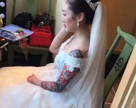 新娘结婚时化妆,可却被她的花臂抢镜,网友:纹身跟爱情没关系