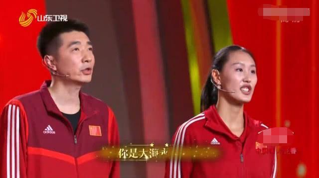 郎平助手率领2大名将亮相,24岁女排世界冠军妆容精致,笑容甜美