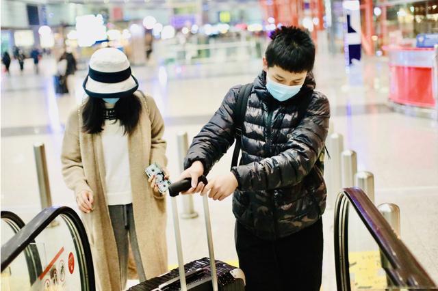 王艳携儿子出行,穿休闲装大秀好身材,王泓钦主动拿行李懂事了