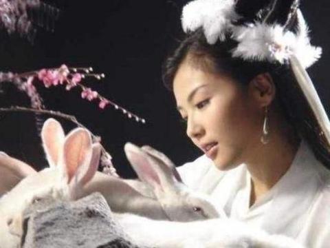 """原来刘亦菲才是""""嫦娥""""最佳人选,她手捧玉兔,比小龙女还要仙气"""