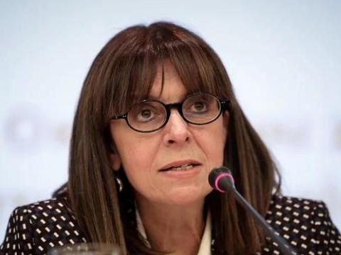 希腊首位女总统:不仅是离异带娃的女强人,还是成绩优异的大法官