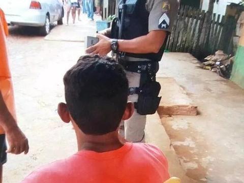 巴西小伙儿路边摊无辜被插一刀, 中刀后淡定和朋友尬聊若无其事