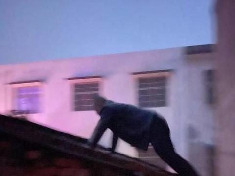 震惊!凌晨六点,被执行人竟然在屋顶上做俯卧撑。。。