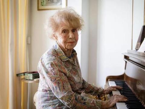 """法国105岁""""最酷钢琴奶奶"""":钢琴让我比15岁时更年轻"""