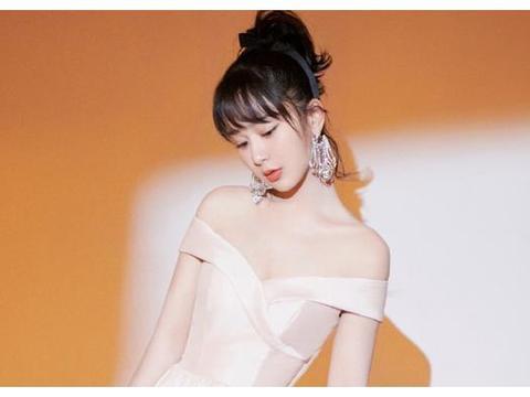 杨紫北京春晚旗袍造型娇俏可爱, 意外撞衫吴谨言, 差距一目了然