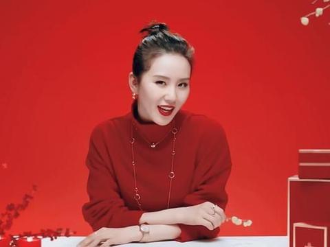 32岁刘诗诗身穿红色毛衣配金色腕表,高贵优雅,是气质诗没错了
