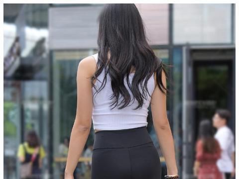 白背心跟瑜伽裤搭配,再来一双弹力运动鞋,这样搭配有活力么?