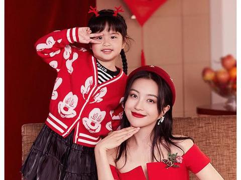 包文婧带女儿饺子为春节拍片,母女俩穿的很喜庆,非常温馨有爱
