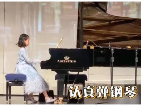 钟丽缇女儿考拉音乐会独奏钢琴 穿天鹅装气场十足