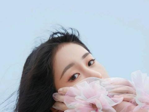 《中国好声音》的冠军,不争不抢的张碧晨,同样散发出迷人的光彩