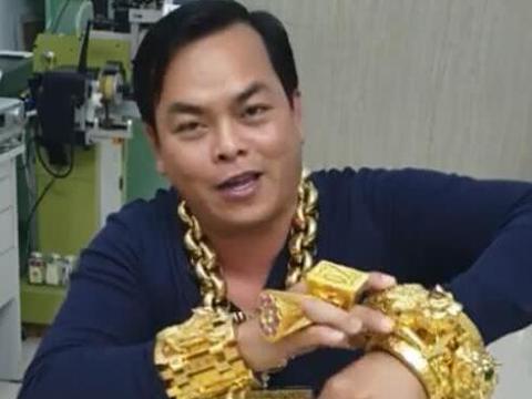 戴26斤黄金首饰出门还嫌不够,越南土豪在家自己熔铸更大的首饰