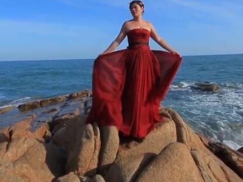 新娘站在海边拍婚纱照,近瞧好像男的,还好精修图堪比大片