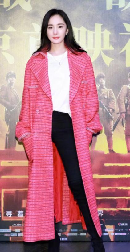 杨幂越来越美了,一袭粉色长外套亮相活动,不知道又迷倒多少人