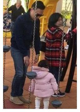 熊黛林郭可颂夫妻带女儿游玩,奶爸郭可颂全程陪伴,很贴心