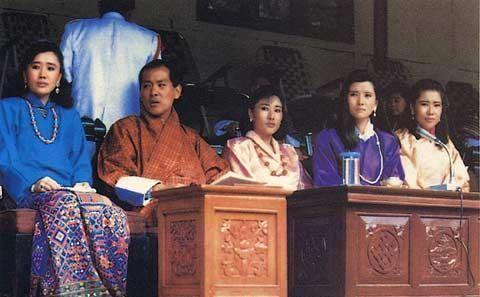 不丹国王风度翩翩亮相!把雪域美人王后宠上天,一生就娶她一个